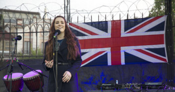 Emmelie de Forest and Lucie Jones duet